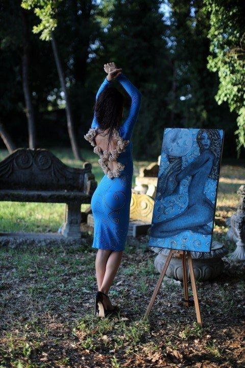 Modella con abito azzurro e schiena scoperta
