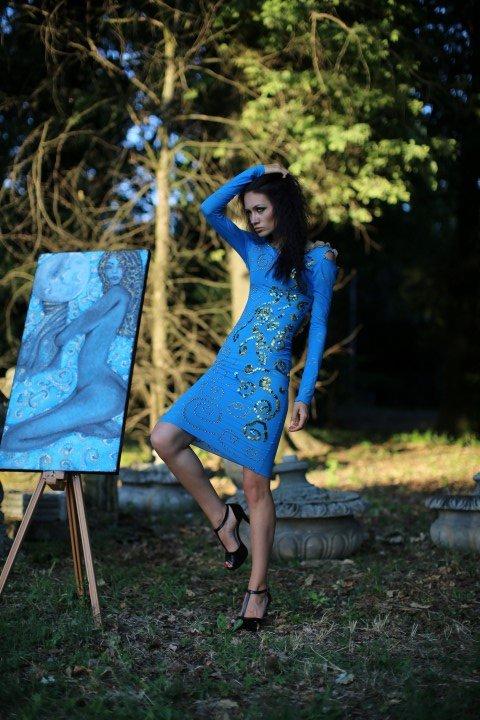 Modella con abito azzurro e scarpe con tacco a spillo