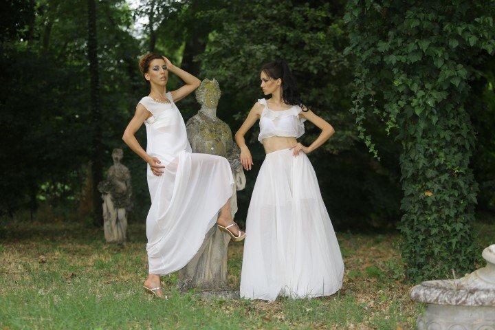 Due modelle con abiti bianchi