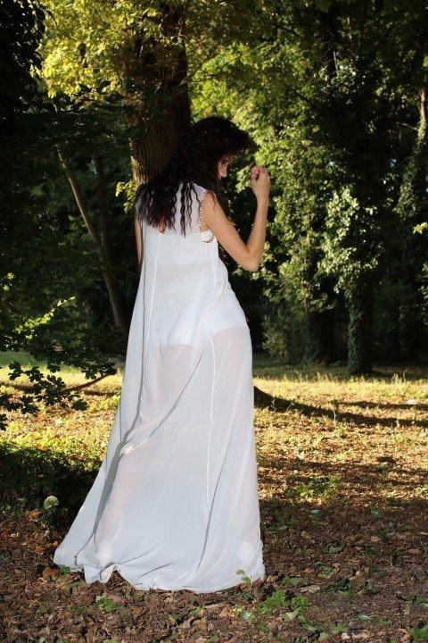 Vista posteriore di modella in abito bianco