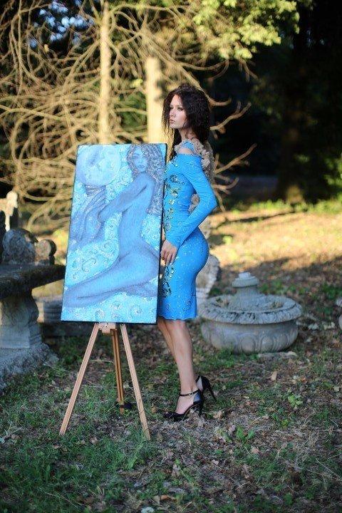 Modella con abito azzurro