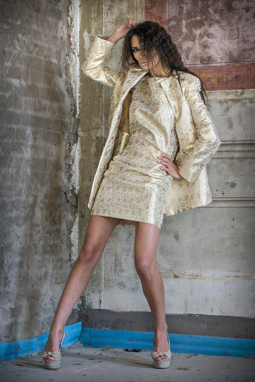 Abito con giacca color oro