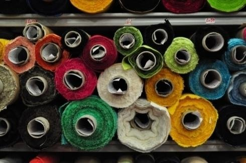 Tissus colorés en rouleaux