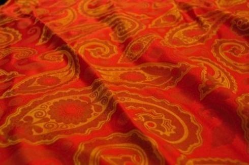 tela con adornos naranjas
