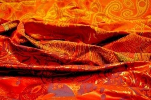 tela anaranjada con dibujos