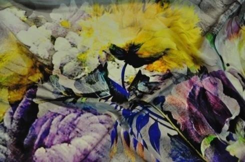 tela estampada con flor amarilla