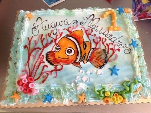 una torta di compleanno con un disegno di un pesce rosso