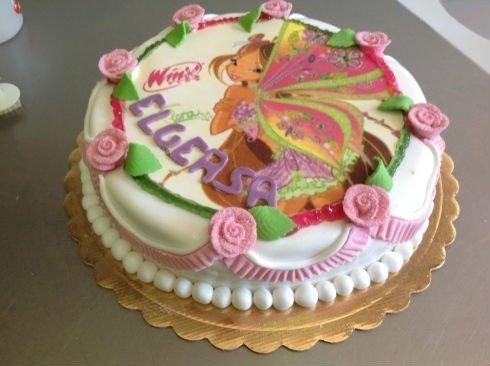 una torta con un disegno di un cartone animato Winx