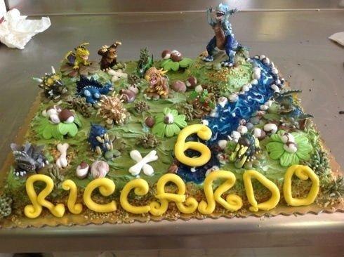 una torta con disegni dei dinosauri