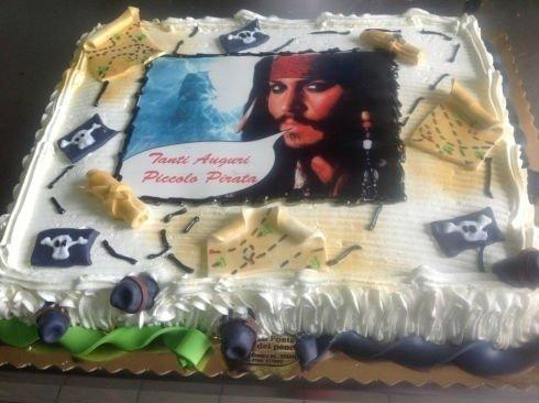 una torta in tema di pirati e teschi