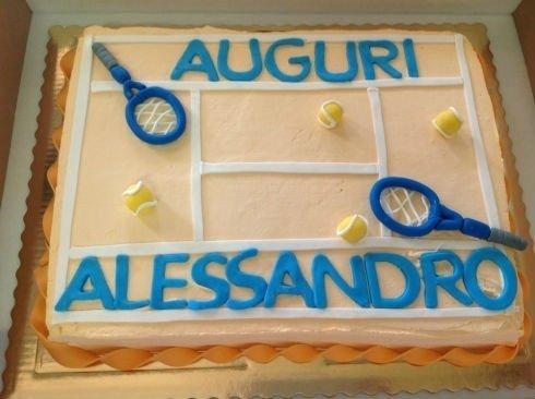 una torta con disegno di un campo di tennis con due racchette e due palline