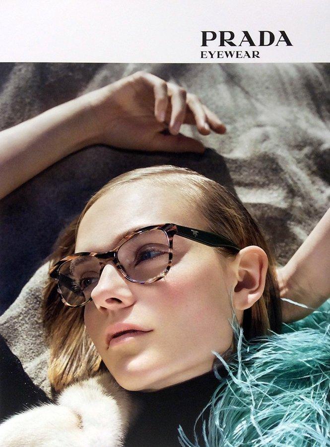 modella con occhiali da vista a marchio PRADA