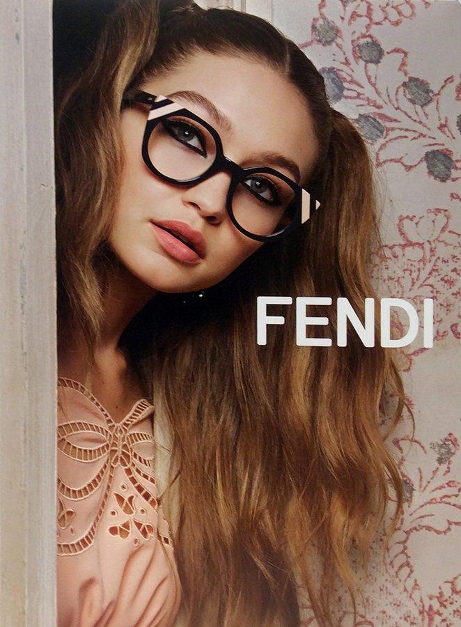 modella con occhiali da vista a marchio FENDI