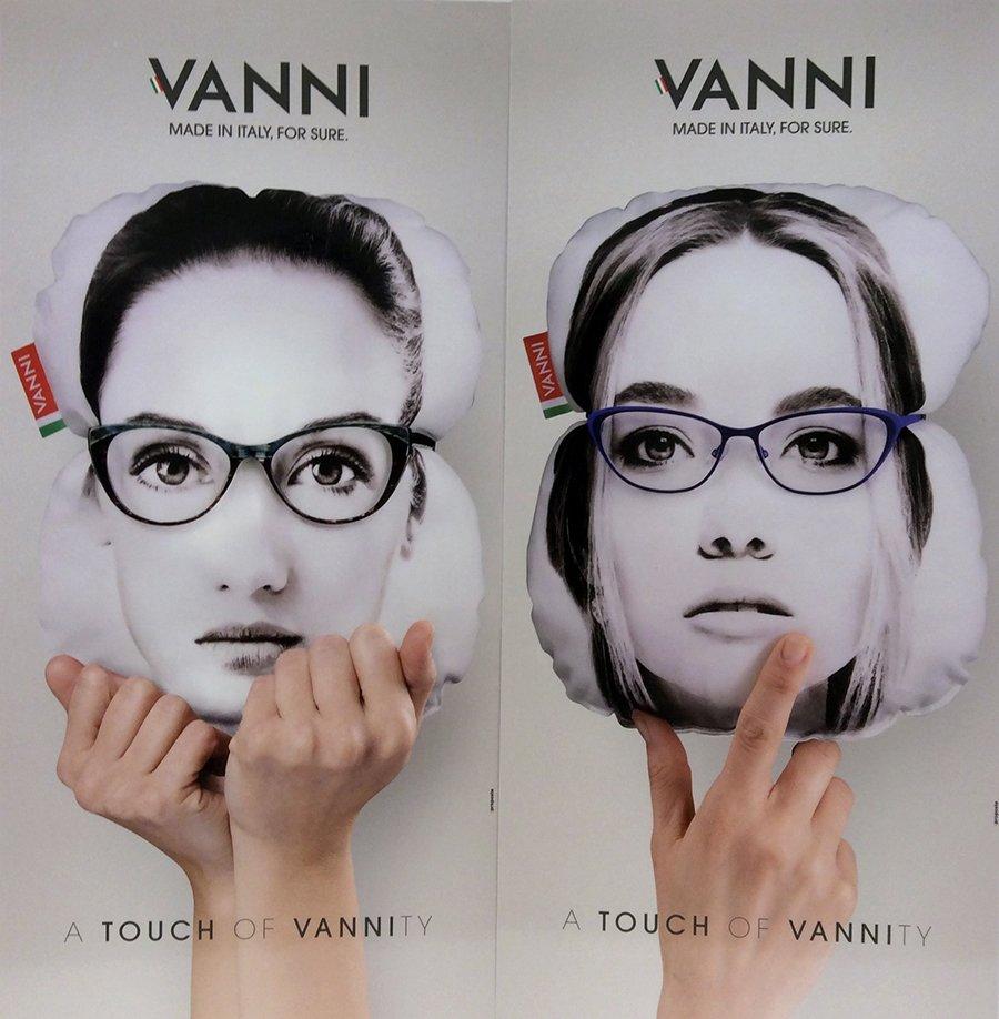 modella con occhiali da vista a marchio VANNI