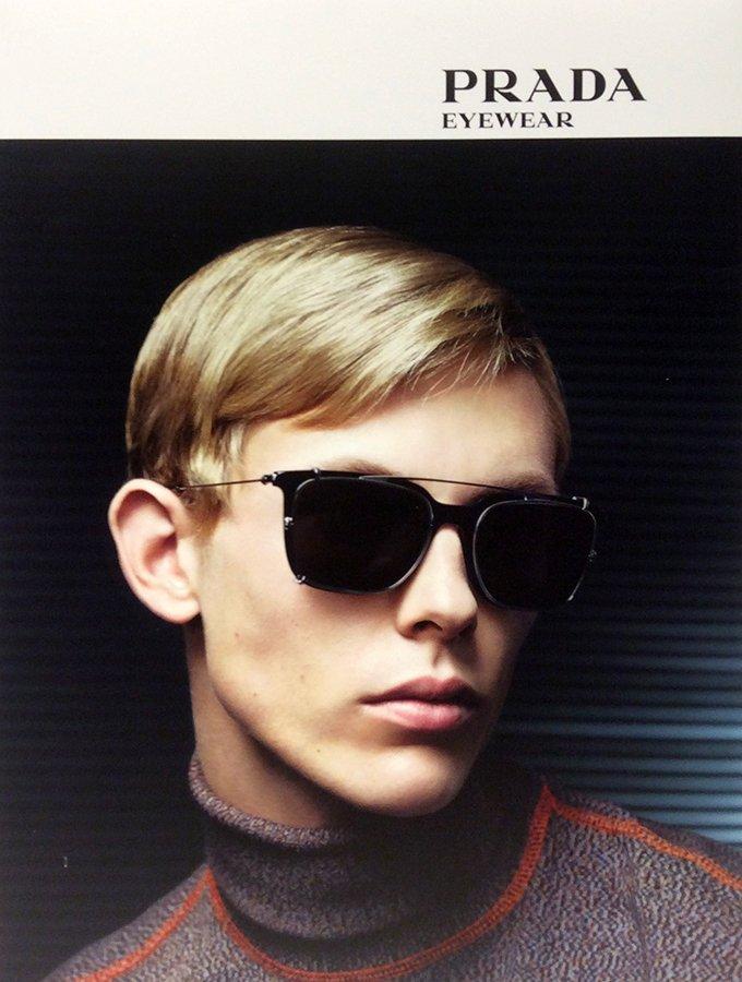 modello biondo con occhiali da sole