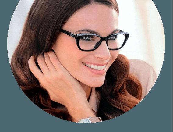 modella con occhiali da vista glitterati