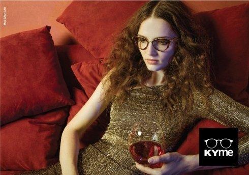 modella con occhiali da vista a marchio KYME