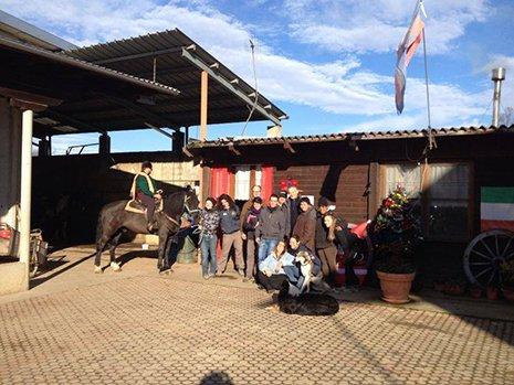 Gruppo delle persone con un cavallo a San Francesco al Campo