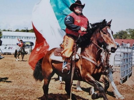 Uomo imparando ad andare a cavallo a San Francesco al Campo