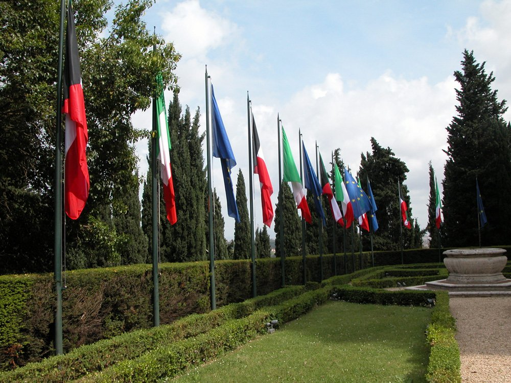 fila di bandiere di diverse nazioni