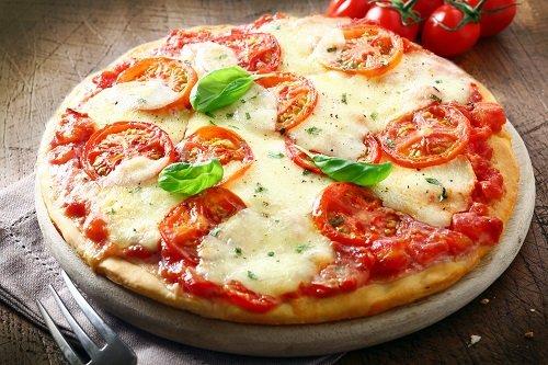 una pizza margherita con basilico