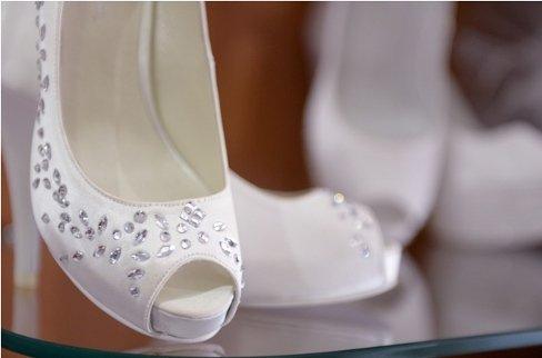 scarpe bianche e brillanti sposa