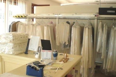 Il personale della Lavanderia la Vela si occupa della stiratura di indumenti e capi da lavoro.