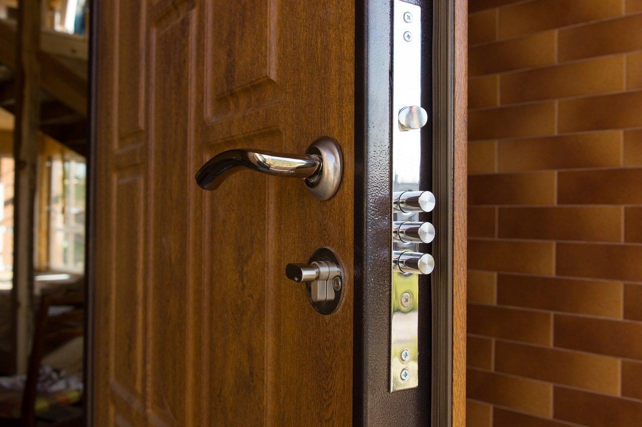 Serratura di una porta blindata in legno