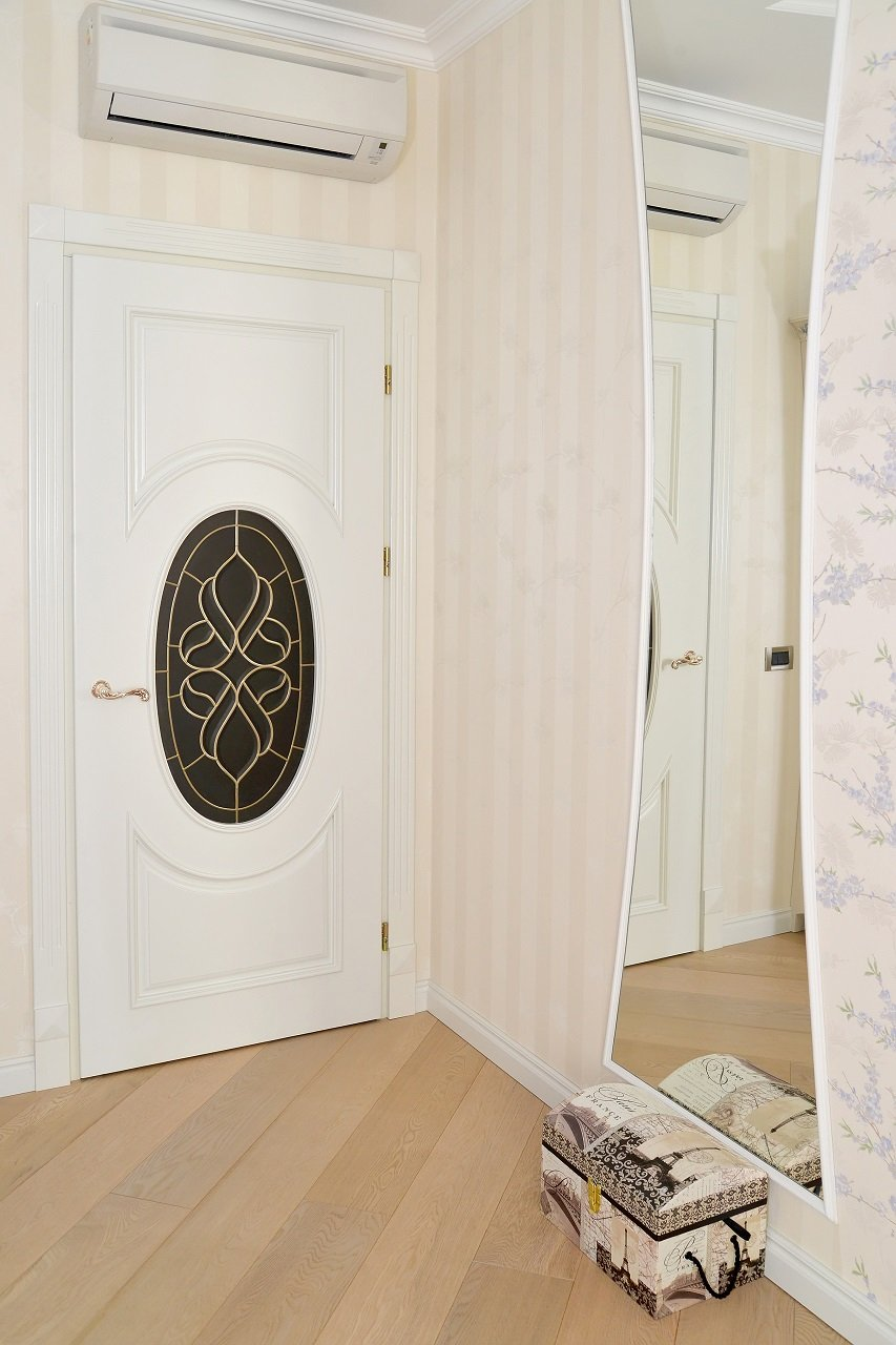 porta residenziale con disegno floreale