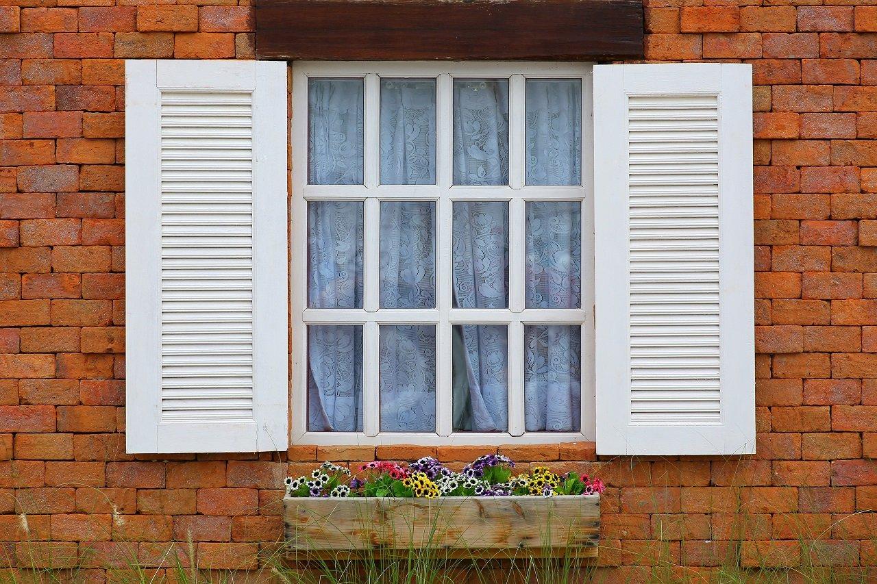 delle finestre in legno in una casa con la facciata