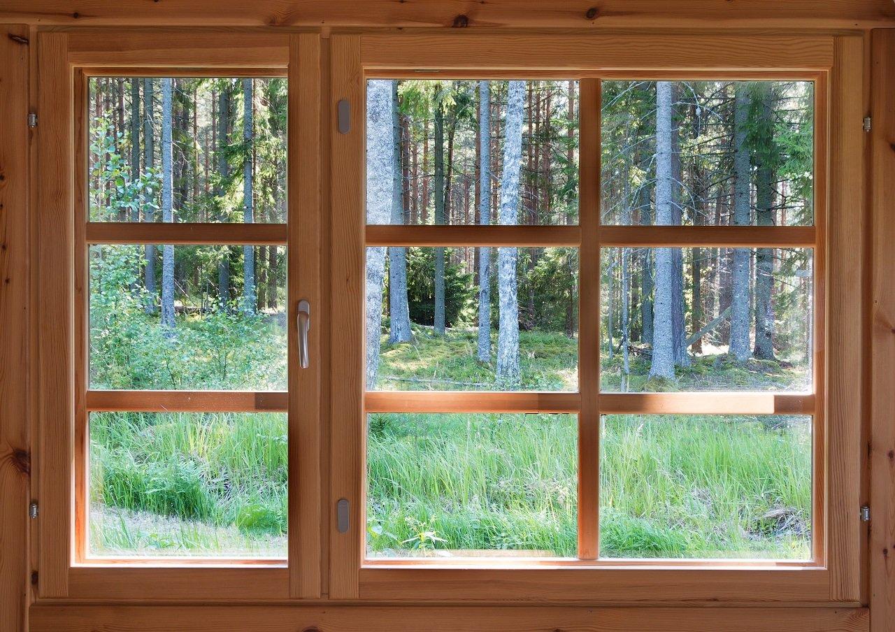 Delle finestre in legno chiaro