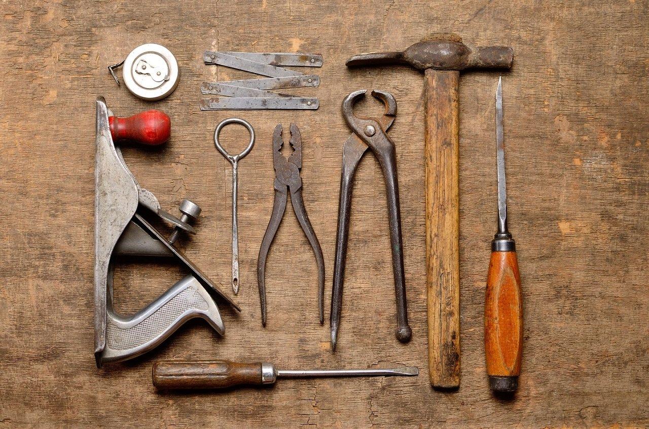Strumenti del carpentiere sul tavolo in legno