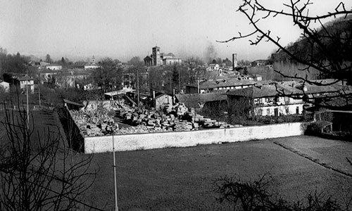 una foto in bianco e nero con vista di un cantiere e di una cittadina