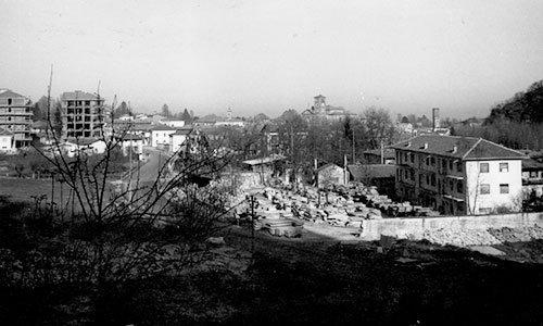 una foto in bianco e nero di una cittadina e di un cantiere visti da lontano