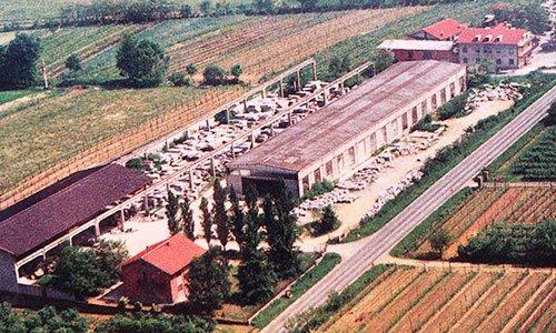 vista dall'alto di alcuni terreni agricoli,delle case e una fabbrica