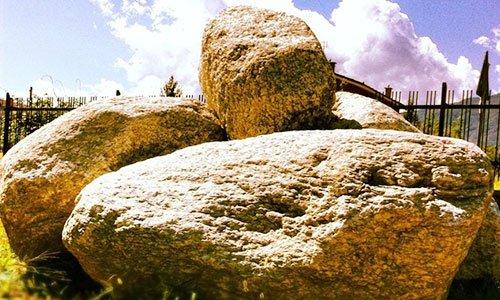 delle pietre di porfido e dietro vista di una ringhiera e del cielo azzurro