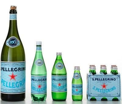 delle bottiglie e un platò d'acqua S.Pellegrino