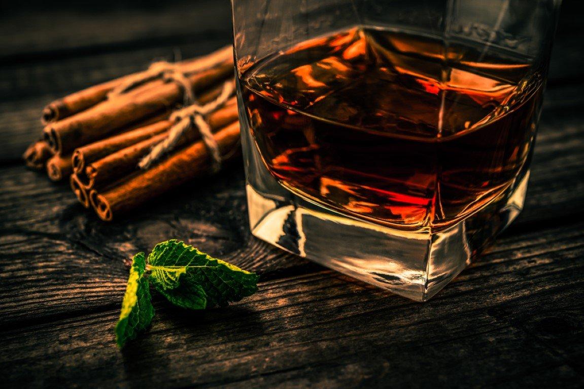 rum e cannella su un tavolo di legno