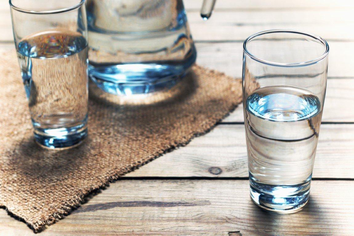 bicchiere d'acqua sopra un tavolo