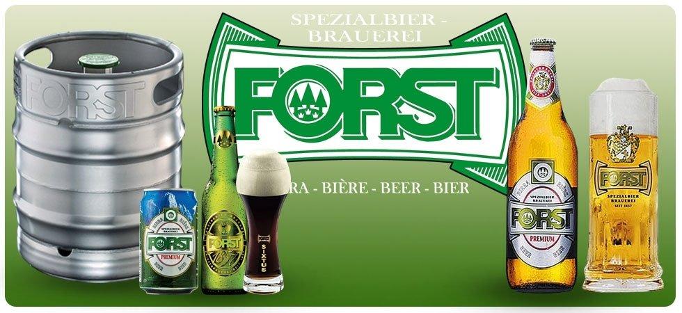 un'immagine con delle bottiglie di birra, un barile di ferro, un boccale e la scritta Forst