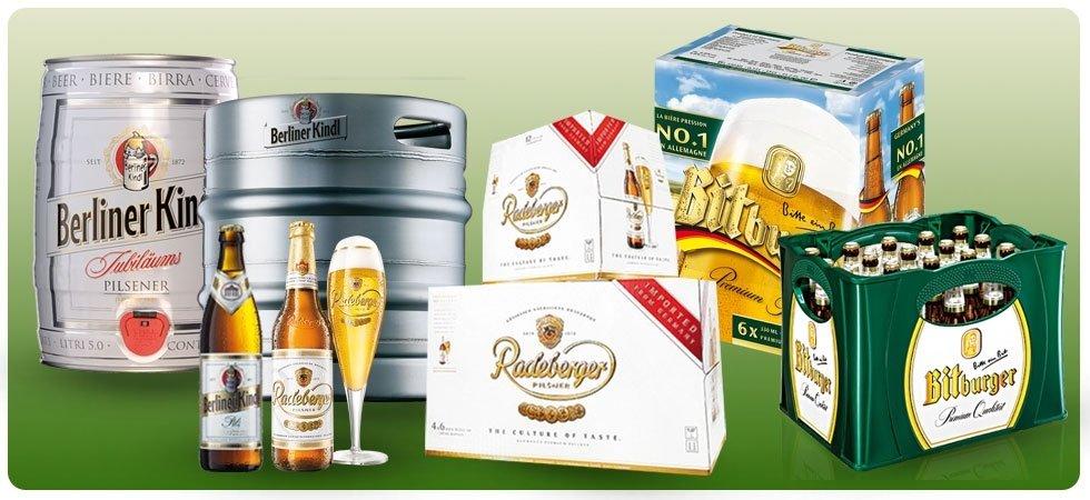 delle casse di birra, bottiglie,barili di ferro e bicchieri di birra di diverse marche
