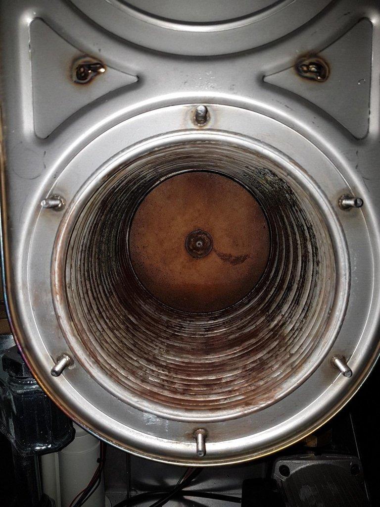 Una corretta manutenzione avviene smontando il bruciatore e pulendo la camera di combustione
