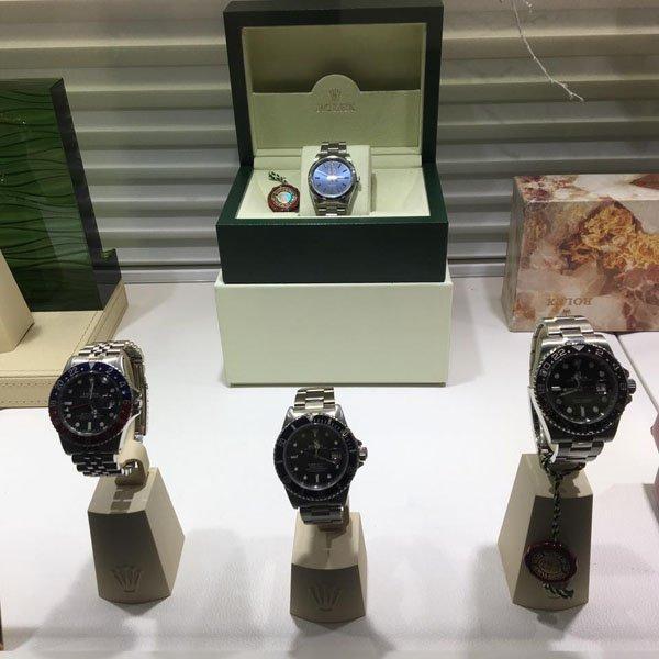 esposizione orologi da polso in un negozio di gioielli ROLEX