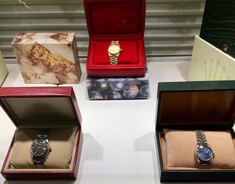 esposizione orologi da polso in un negozio di gioielli