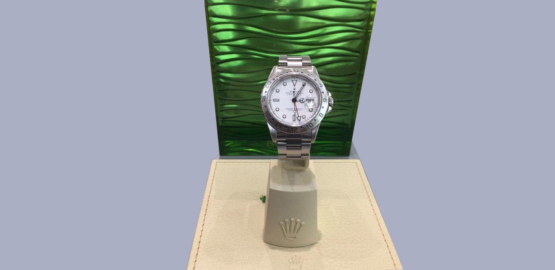esposizione orologio da polso con sfondo verde