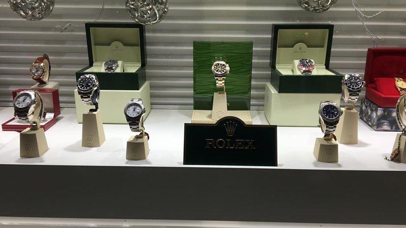 vetrina di  orologi da polso in un negozio di gioielli