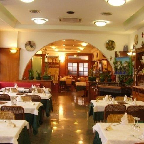 sala da pranzo apparecchiata