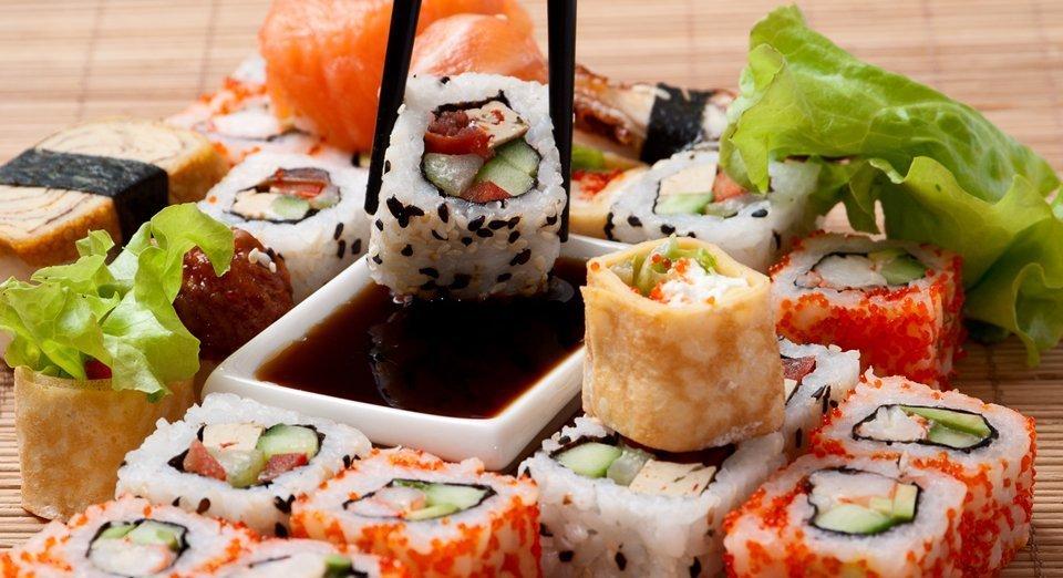 dettaglio di un piatto con sushi roll e bacchette
