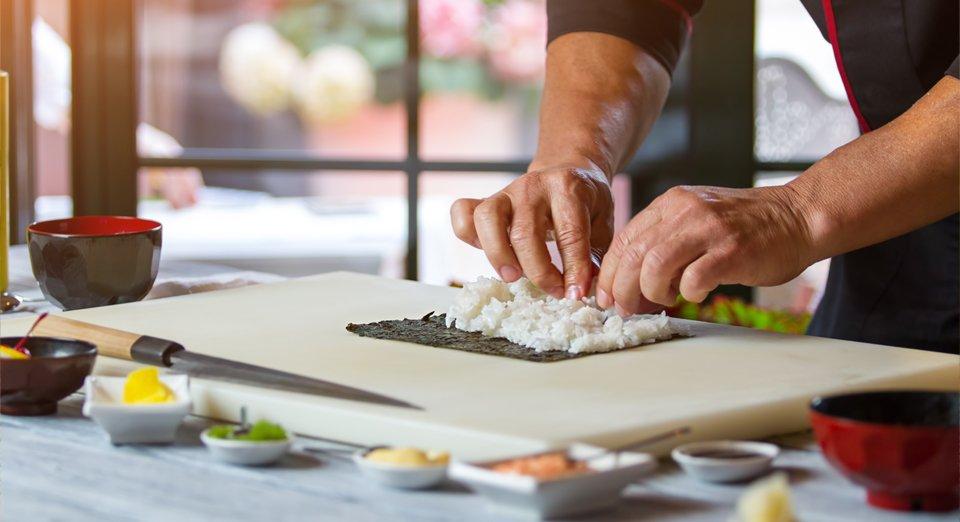Un cuoco prepara il sushi