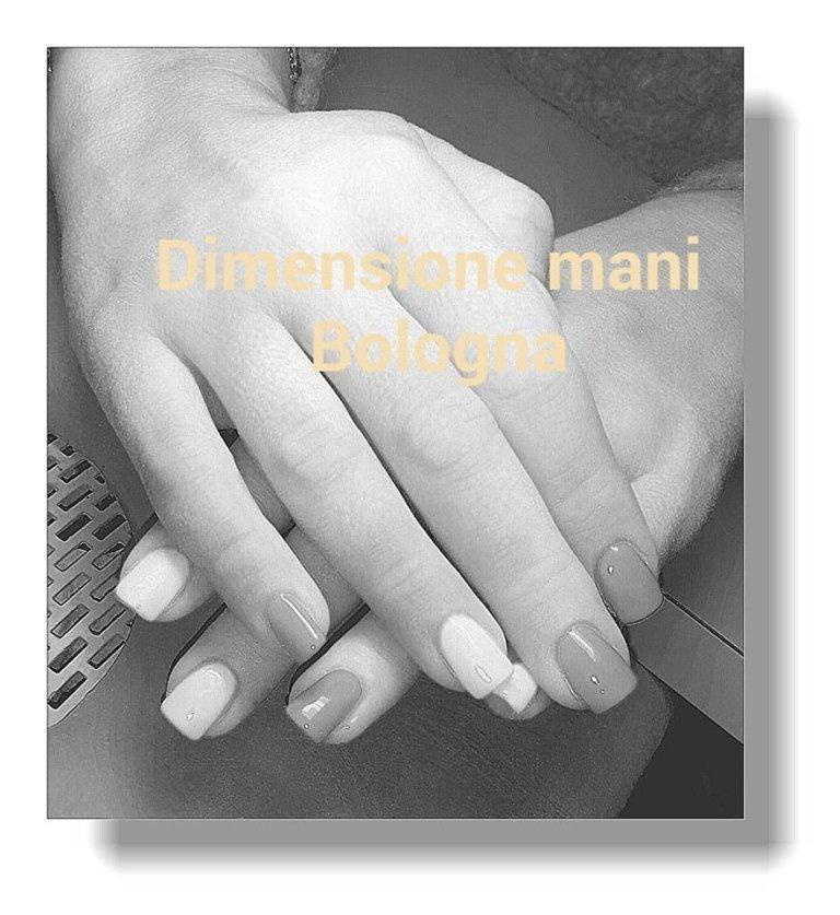 foto di mani in bianco e nero